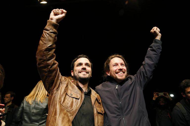 Izquierda Unida leader Alberto Garzón (left) and Podemos chief Pablo Iglesias celebrate their deal.