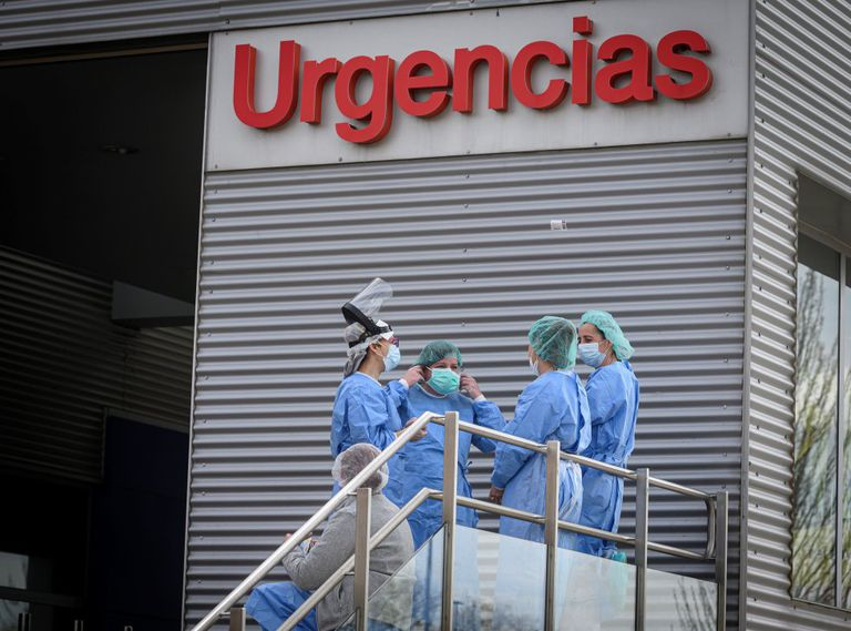 Health workers at the entrance to the emergency ward of Alcalá de Henares hospital.
