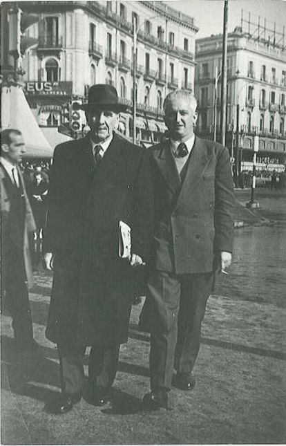 Ante Pavelić in a hat, walking through Madrid's Puerta del Sol.