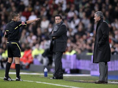 Referee Paradas Romero sends off Real Madrid coach José Mourinho during a cup match against Murcia in 2010.