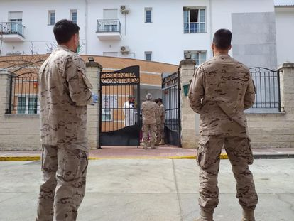 Military personnel inspecting a senior home in Alcalá del Valle (Cádiz).