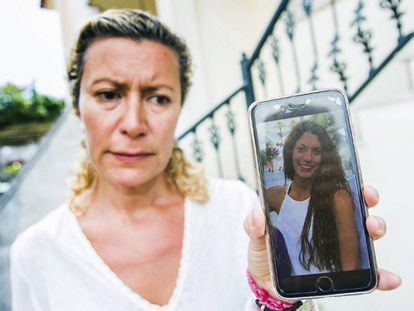 Diana Quer's mother shows a picture of the missing teen.