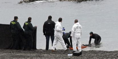 The Civil Guard recovers a body on El Tarajal beach in Ceuta in February 2014.