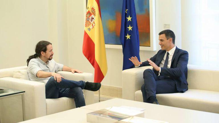 Pedro Sánchez (r) and Pablo Iglesias.