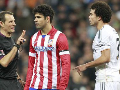 Referee Clos Gómez warns Atletico's Diego Costa and Real's Pepe.