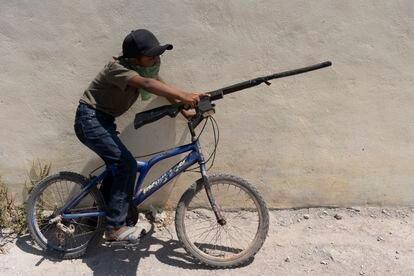 A child with a fake gun in José Joaquín de Herrera.