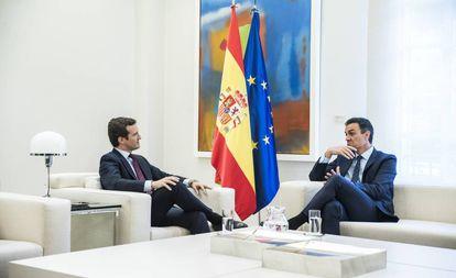 Pedro Sánchez and Pablo Casado at their Monday meeting.