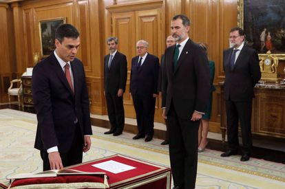 Pedro Sánchez takes the oath of office.