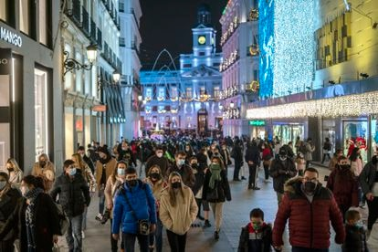 Christmas shoppers in the center of Madrid.