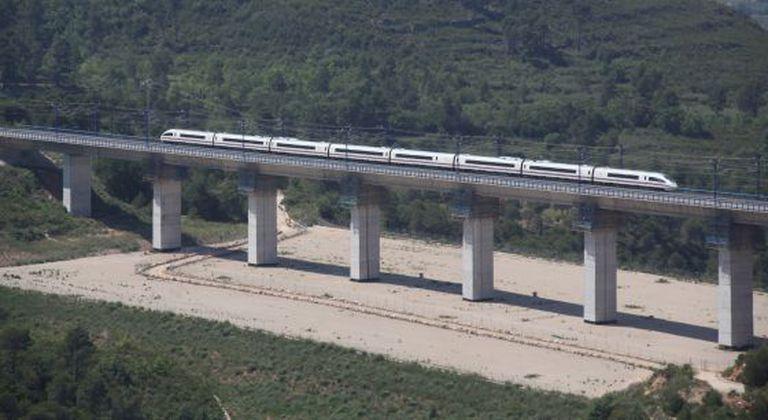 An AVE train crosses the Candi bridge in Tarragona.