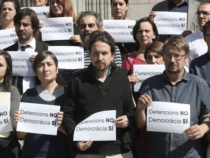 Podemos deputies outside Congress protesting the Barcelona arrests.