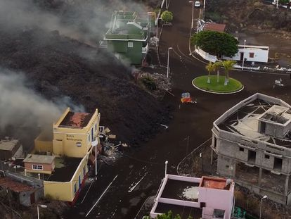 A tongue of lava approaches the Todoque neighborhood in La Palma following a volcanic eruption, which began on Sunday.