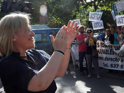 """Inés Madrigal arrives at the Madrid Regional Court, cheered on by supporters with placards reading """"Justice."""""""