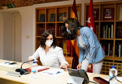 Madrid region premier Isabel Díaz Ayuso (l) on Friday.