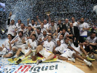 Real Madrid's players and coaching staff celebrate the club's first ACB title since 2007.