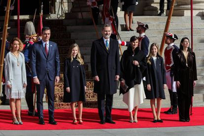 From left to right: Speaker in Congress Meritxell Batet, Spanish Prime Minister Pedro Sánchez, Princess Leonor, King Felipe VI, Queen Letizia, Princess Sofía and Senate Speaker Pilar Llop.