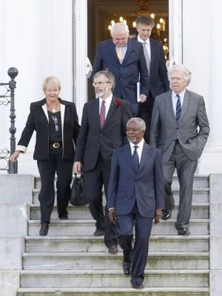 Kofi Annan (front) led the delegation at the October 2011 peace conference in San Sebastián.