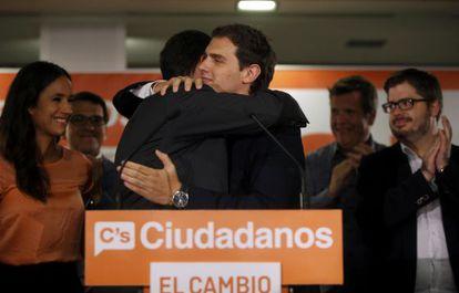 Ciudadanos leader Albert Rivera embraces Madrid candidate Ignacio Aguado.