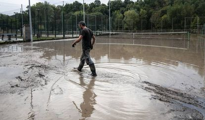 Padel tennis courts in Sant Quirze de Besora (Barcelona) left flooded Monday after heavy rainfall.