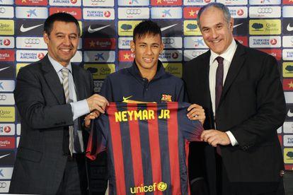 Brazilian star Neymar (center) is presented at Barcelona.