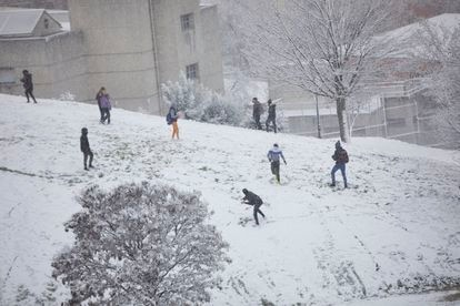 People playing with the snow in Cerro del Tío Pío Park on Thursday.
