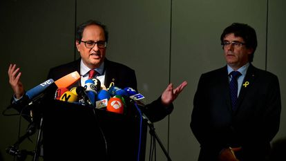 Quim Torra (L) and Carles Puigdemont at a press conference in Berlin.