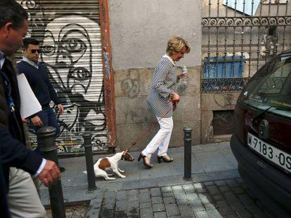 Esperanza Aguirre pasea por Malasaña con su perro Pecas después de ir a votar.