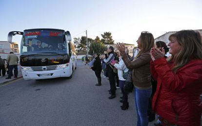 Parents in Montserrat, Valencia applaud as their children leave on the school bus for the first time since the route was cut.