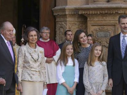 Camera captured awkward moment when reigning Queen Letizia tried to block a photo of her daughters with their grandmother Queen Sofía