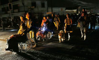 People are evacuated from their homes in Iquique, Chile on Wednesday's night following an aftershock.