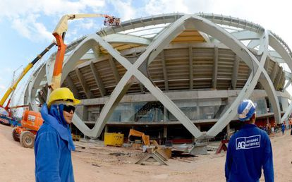 Workers at Arena Amâzonia, in Manaus.