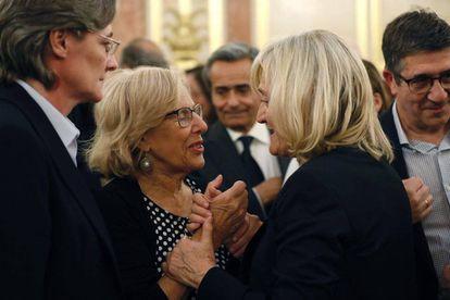 Madrid Mayor Manuela Carmena (l) speaks to Rubalcaba's widow, Pilar Goya in Congress on Saturday.