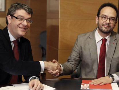Energy Minister Álvaro Nadal and PSOE spokesman Antonio Hernando.