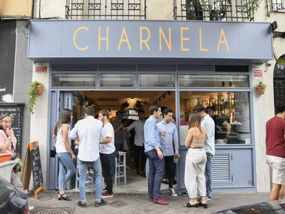 People at the popular Bar Charnela, on Ponzano street.