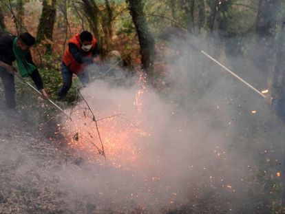 Residents of Abelenda das Penas put out fires.