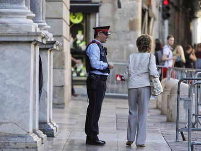 A Catalan police officer in front of regional government headquarters in Barcelona.