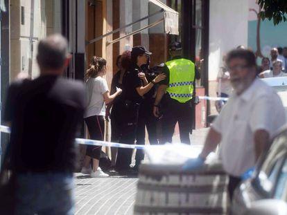 Police outside the building where the bodies of Ana Lucía da Silva and Salvador Ramírez were found last Friday.