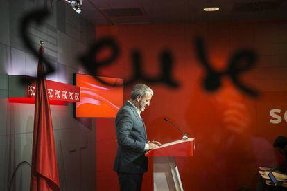 Municipal PSC chief Jaume Collboni addresses the press.