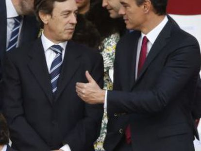 PP spokesperson Rafael Hernando (l) with Socialist leader Pedro Sánchez at Monday's military parade in Madrid.
