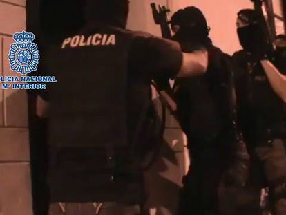 Video: Police arrest the woman in Lanzarote.