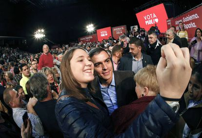 Caretaker PM Pedro Sánchez campaigning in Pamplona on Friday.