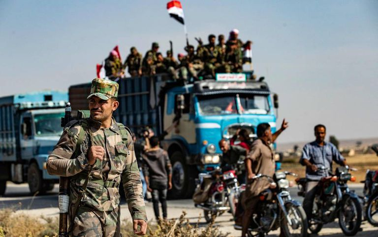 Syrian government forces arrive this Tuesday in Tal Tamr, near Ras al Ain.