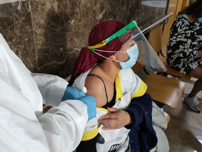 A vaccine is administered in Ceuta.