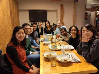 Jihyun, first on the right, surrounded by her friends in Valladolid after finishing the Spanish course.