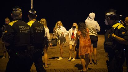 Police officers monitor the celebrations in Barcelona during the first night without the state of alarm this weekend.