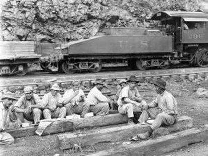 Workers from Galicia take a break in the Panama Canal's construction 100 years ago.