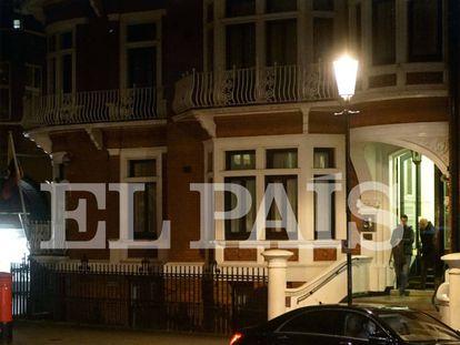 Soler and Grinyó leaving the Ecuadorian embassy in London on November 9.