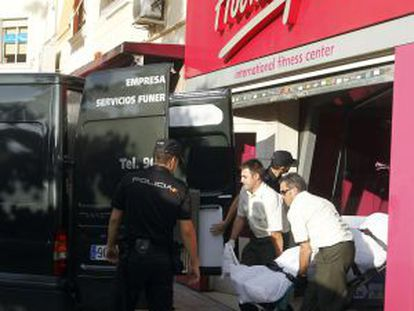 A man's body is removed from a Madrid gymnasium after his ex-boyfriend killed him.