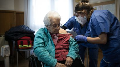 Healthcare workers vaccinate a resident of the Pare Vilaseca de Igualada care home in Barcelona.