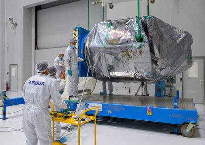 Airbus workers unpack part of the Seosat-Ingenio in Kourou on September 28.